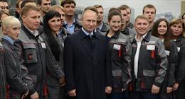 """Putin chọc ghẹo vẻ """"nghiêm trọng"""" của công nhân Kalashnikov"""