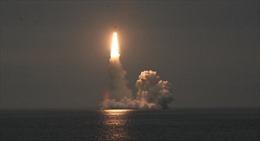 """Hai quả tên lửa """"Bulava"""" bắn từ tàu ngầm hạt nhân Nga trúng mục tiêu"""