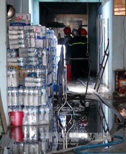 Dập tắt đám cháy cơ sở sản xuất rượu giữa khu dân cư