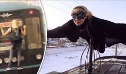 """Lạnh người xem """"Người dơi"""" nữ phần phật trên nóc tàu hỏa"""