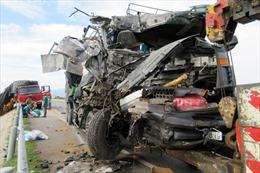 Xe tải đâm nhau nát đầu, phụ xe tử vong tại chỗ