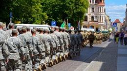 """Thủ tướng Ba Lan chủ trương """"nội địa hóa"""" quân đội"""