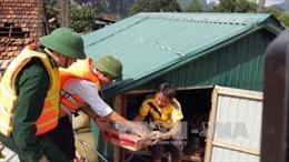 Hình ảnh gấp rút cứu trợ đồng bào miền Trung sau mưa lũ