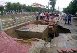 Xuất hiện hố sụt lún trên đường 3/2, TP HCM