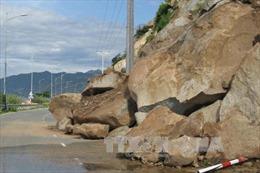 Lở núi chia cắt tuyến đường ven biển Ninh Thuận
