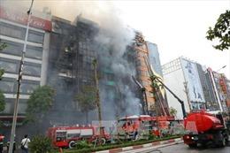 Tìm kiếm người mắc kẹt trong đám cháy trên ở phố Trần Thái Tông