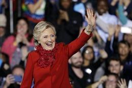 Giữa lùm xùm với FBI, bà Clinton bất ngờ được báo Anh ủng hộ