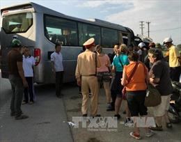 Xe khách tông xe du lịch, 3 người bị thương nặng