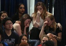 Người ủng hộ bà Clinton buồn rớt nước mắt, rời khu tổ chức tiệc