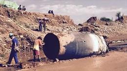 """Vật thể lạ khổng lồ """"tuột"""" từ không trung xuống Myanmar"""