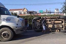 Ô tô 7 chỗ lật nhào, 3 người thoát chết trước mũi xe container