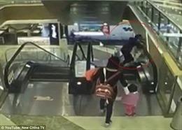 Kinh hãi bé trai mất mạng vì bà bước hụt bậc thang cuốn