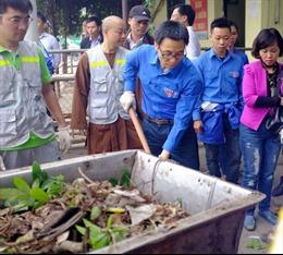 Phó Thủ tướng Vũ Đức Đam dọn rác cùng sinh viên