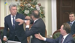 """Chính khách Ukraine """"đấm bốc"""", đuổi nhau khỏi quốc hội"""