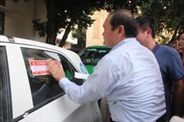 """Hà Nội dán đề can """"5 không"""" cho xe taxi"""