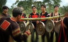 Truyền dạy kiến thức về cồng chiêng cho thanh niên Kơ Ho