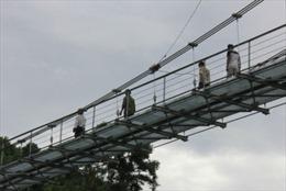 Đánh cược mạng sống trên những cây cầu treo tạm bợ