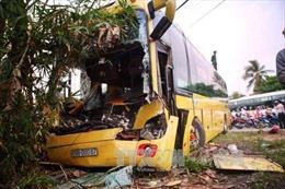 Mất phanh, xe khách đâm xe tải làm 3 người bị thương