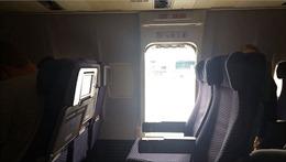 Sững sờ vì hành khách tự mở cửa thoát hiểm máy bay nhảy xuống