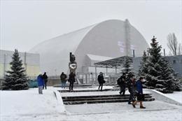 """Đóng nắp """"quan tài"""" nặng gấp ba Tháp Eiffel cho Chernobyl"""