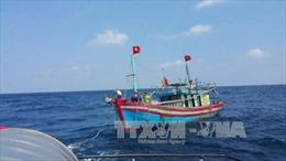 Lai dắt thành công tàu cá bị nạn trên biển vào cảng Lý Sơn