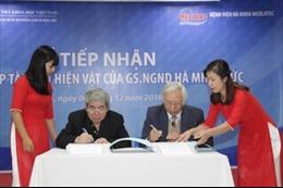 Giáo sư Hà Minh Đức trao tặng sưu tập cá nhân đồ sộ