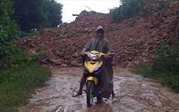 Cứu trợ kịp thời các hộ dân bị chia cắt vì sạt lở núi
