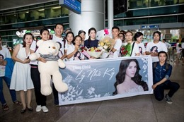 Lý Nhã Kỳ xinh đẹp trong vòng vây fans ở sân bay