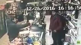 Nhân viên thu ngân 17 tuổi giật súng của kẻ cướp trong chớp mắt