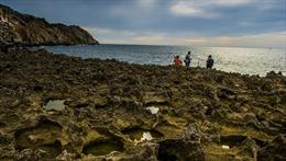 Mải chụp ảnh, du khách Hà Nội rơi xuống biển bị sóng cuốn trôi