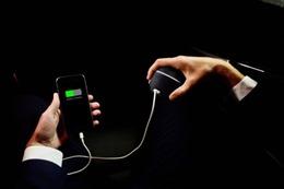 Sạc điện thoại bằng… năng lượng bàn tay