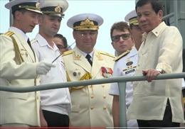 Toàn cảnh Tổng thống Duterte trên tàu chống ngầm Nga