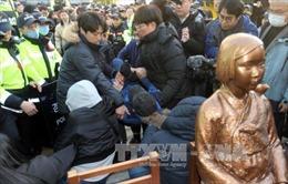 """Thủ tướng Nhật Bản kêu gọi Hàn Quốc dỡ bỏ bức tượng """"phụ nữ mua vui"""""""