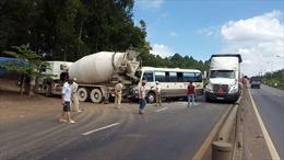 Xe khách đâm xe trộn bê tông, tài xế chết tại chỗ