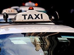 Taxi kéo lê nữ du khách nước ngoài trên phố cổ Hà Nội để cướp điện thoại