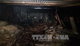 Xưởng gỗ cháy dữ dội trong đêm