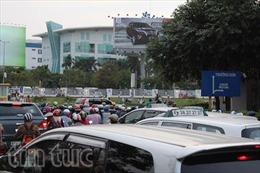 """""""Nghẹt thở"""" giao thông khu vực sân bay Tân Sơn Nhất"""