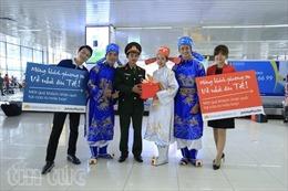 Hành khách của Vietnam Airlines bất ngờ vì được Táo quân chào đón