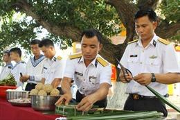 Độc đáo cách gói bánh chưng bằng lá bàng, lá dừa ở Trường Sa