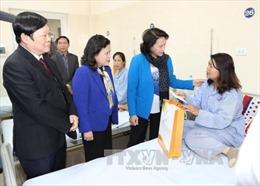 Chủ tịch Quốc hội Nguyễn Thị Kim Ngân thăm, tặng quà bệnh nhân ung thư