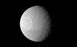 Lộ ảnh mới về mặt trăng 'đồng tử' Tethys của Sao Thổ