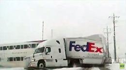 Băng qua đường ray, xe container FedEx bị 'cắt' làm đôi