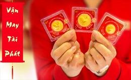 Mua đồng tiền vàng hình gà để cầu mong may mắn năm Đinh Dậu
