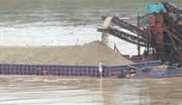 Bắt quả tang vụ khai thác cát trái phép trên tuyến sông Tiền