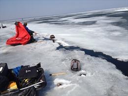 Băng trôi khiến hàng chục người câu cá mắc kẹt