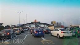 Người dân bắt đầu đổ về Thủ đô, gây ùn tắc trạm thu phí