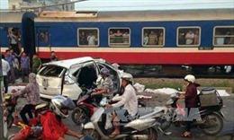 Tàu hỏa hất văng ô tô, nhiều người thương vong