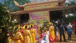 Hàng nghìn du khách tham gia lễ hội Đền Nưa, Am Tiên
