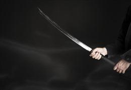 Dùng kiếm giết vợ ngoại tình, xách đầu tới đồn cảnh sát tự thú