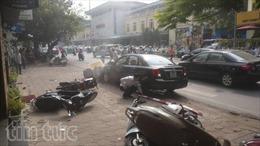 Ô tô mất lái lao vào 'chợ cóc'